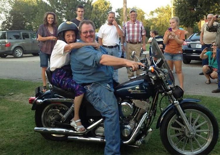 1. Den här damen åker motorcykel för första gången - och hon gör det på sin 100-årsdag