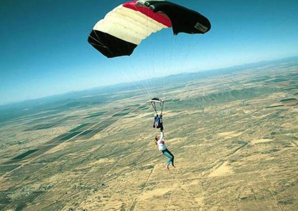 1. När fallskärmen lossnar under hoppet