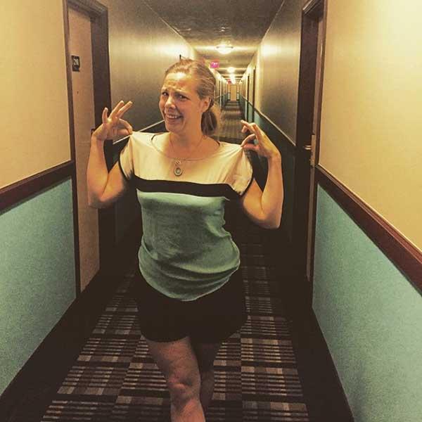 1. En tjej som råkade ha en tröja som matchade hotellet hon befann sig på