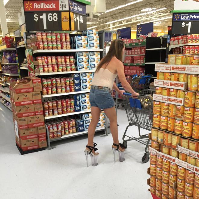 1. En kvinna med extremt högklackade skor