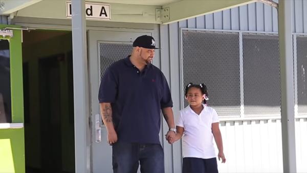 Hans 9-åriga dotter blir mobbad i skolan - då stormar han in på skolan och gör det enda rätta