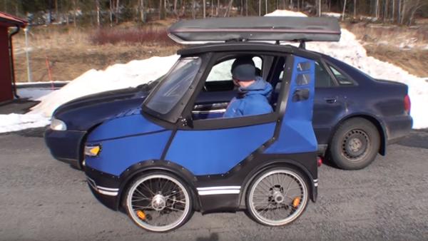 Det ser ut som en minibil på utsidan - men titta noga nu när han öppnar dörren