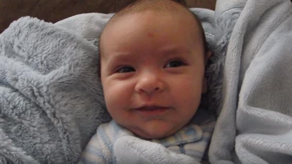 Han frågar sin lilla bebis om han sovit gott – reaktionen är bara för underbar