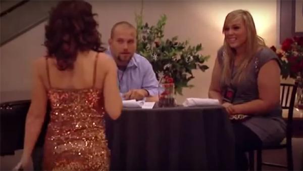 Paret sitter och äter middag då älskarinnan plötsligt dyker upp - flickvännen får jordens överraskningen sen