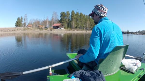 Han tappar sin nya mobil i sjön – hans reaktion kan inte bli coolare än såhär