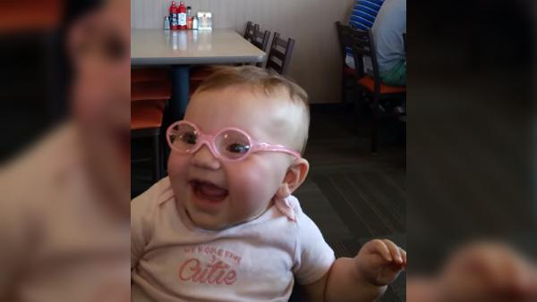 Mamman sätter på sin lilla synskadade flicka glasögon för första gången - reaktionen är bara för härlig