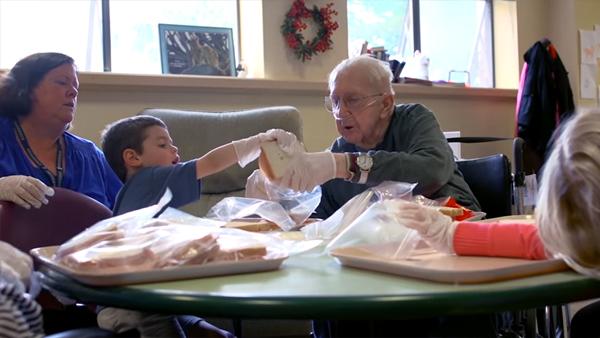 När dagiset flyttade till äldreboendet förändrades pensionärernas liv fullständigt – se bara deras underbara reaktioner