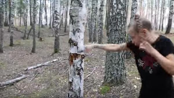 Tjejen som fäller träd med bara nävarna - hon kan slå 100 slag på bara en minut