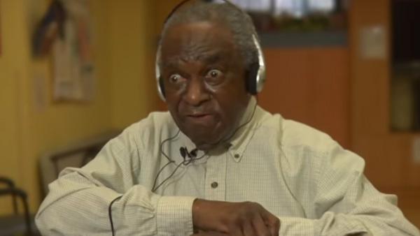 I 10 år har han haft Alzheimers - men när hans favoritmusik spelas händer något otroligt