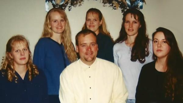 Han är gift med 5 kvinnor och har 24 barn. Det ett normalt förhållande gånger fem, säger han.