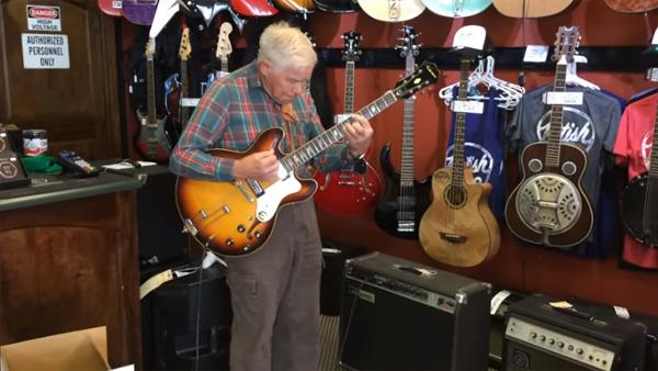 Den 81-åriga gubben plockar upp gitarr och börjar spela - det fick oss alla att tappa hakan