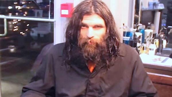 Den här hemlösa mannen får sin första rakning på väldigt länge - se hur han ser ut nu