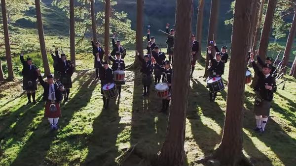 Skottarna radar upp sig i skogen med sina instrument - och tillsammans med visuella effekter skapar de magi