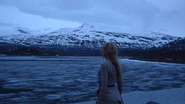 Hon ställer sig vid bergen och sjunger en vacker vikingsång - det här ger rysningar