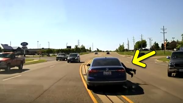 Han hoppar in den rullande bilen och räddar mannens liv - och hela internet jublar