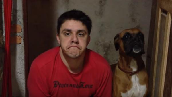 Husse imiterar sin hund på ett sjukt roligt sätt - och vi kan inte sluta skratta