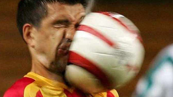 De 10 roligaste fotbollsögonblicken som fastnat på bild