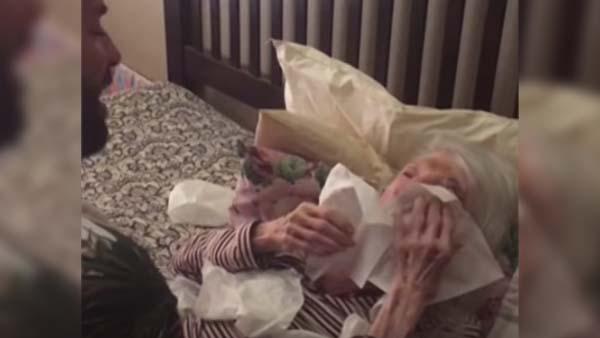 Han sjunger för sin sängbundna mormor – det här rör hela internet till tårar