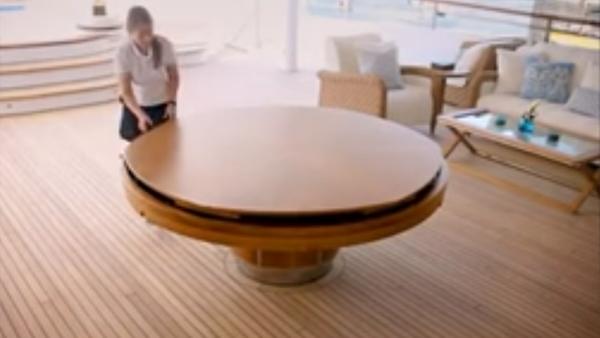 Först ser det ut som ett helt vanligt bord, men när hon snurrar det - WOW