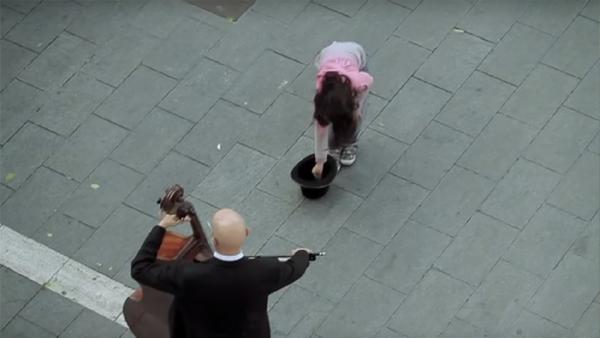 Den lilla flickan skänkte ett mynt till gatumusikanten - se vilken överraskning hon fick