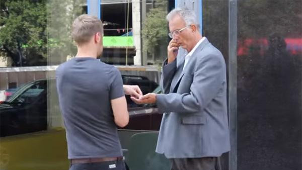 Den hemlösa mannen klipper håret och sätter på sig en kostym - du kan aldrig ana vilken skillnad det gjorde