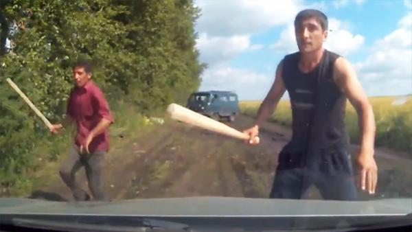 De körde lugnt fram på skogsvägen när två rånare plötsligt dök upp – det som händer sen är helt otroligt