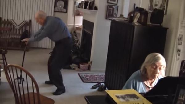 Han är 91 år och hans fru kan fortfarande få honom att dansa - det här är ju bara för häftigt