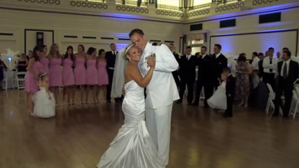 Brudparet ställer sig mitt på dansgolvet och började med en tryckare - det som händer sen hade ingen kunnat ana