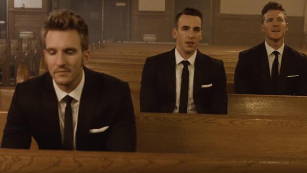 Dessa 3 män sitter i kyrkan - när de öppnar munnen får vi höra något magiskt