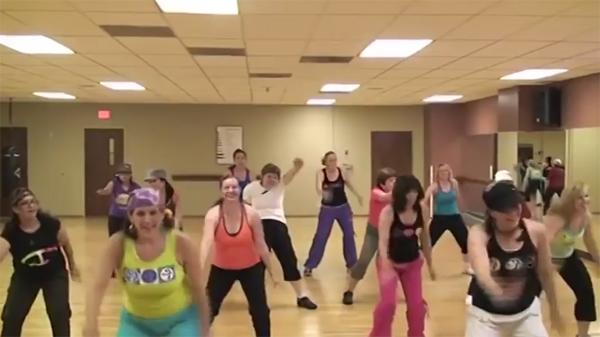 """En tuff kvinna dansar """"waka waka"""" för första gången - och det är inte helt lätt att hänga med i svängarna"""